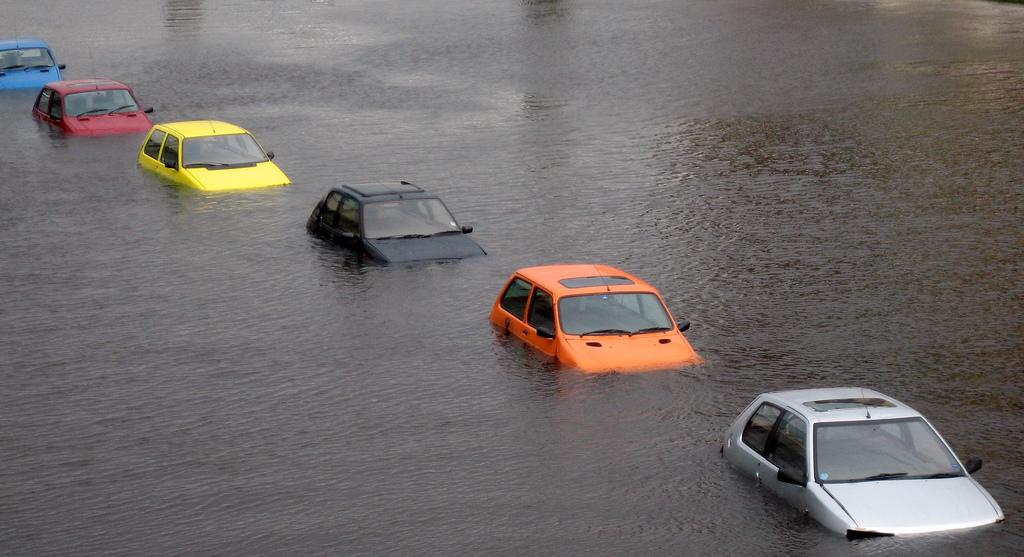 Autos stehen unter Wasser