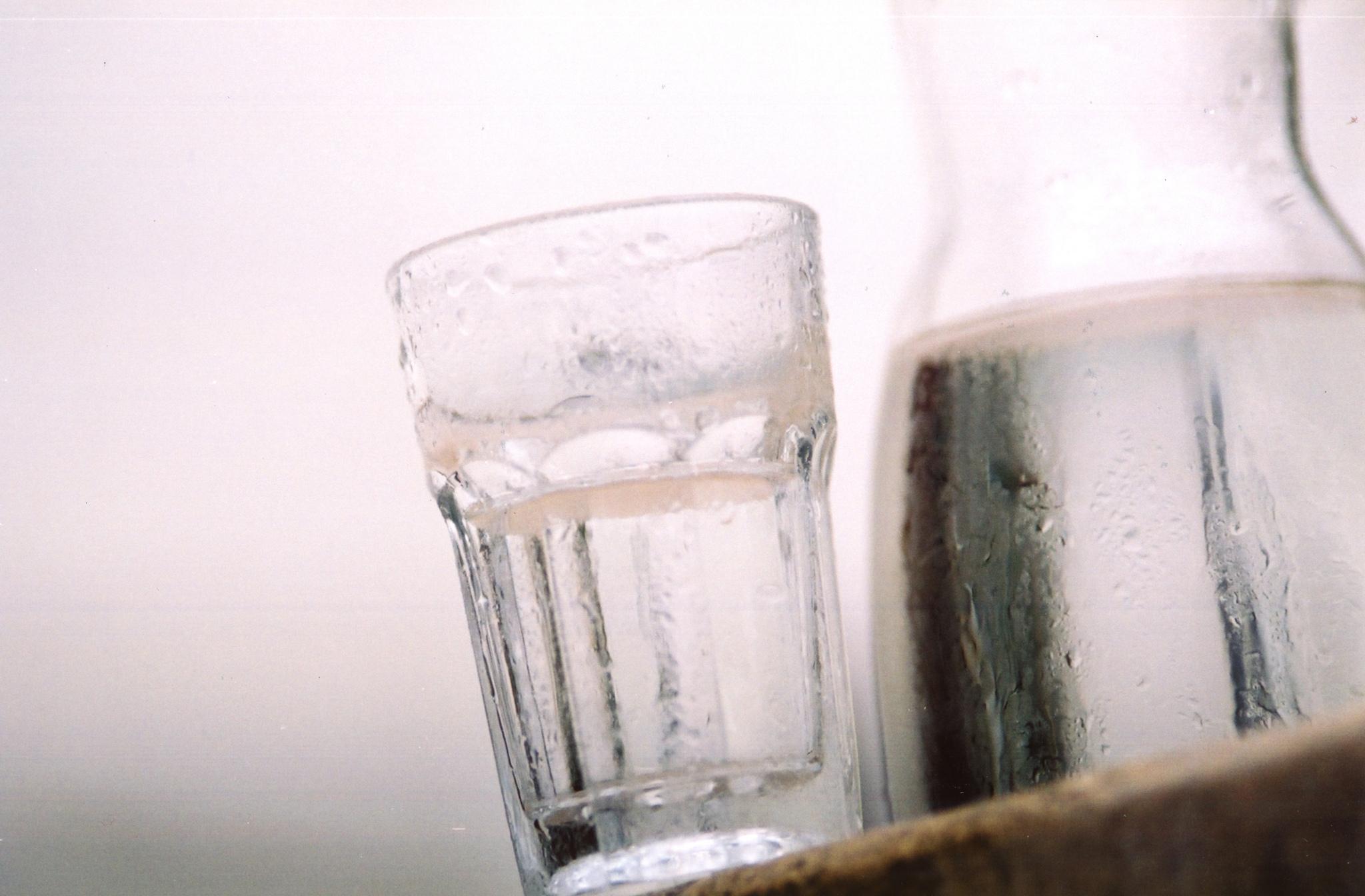 Halbgefülltes Wasserglas
