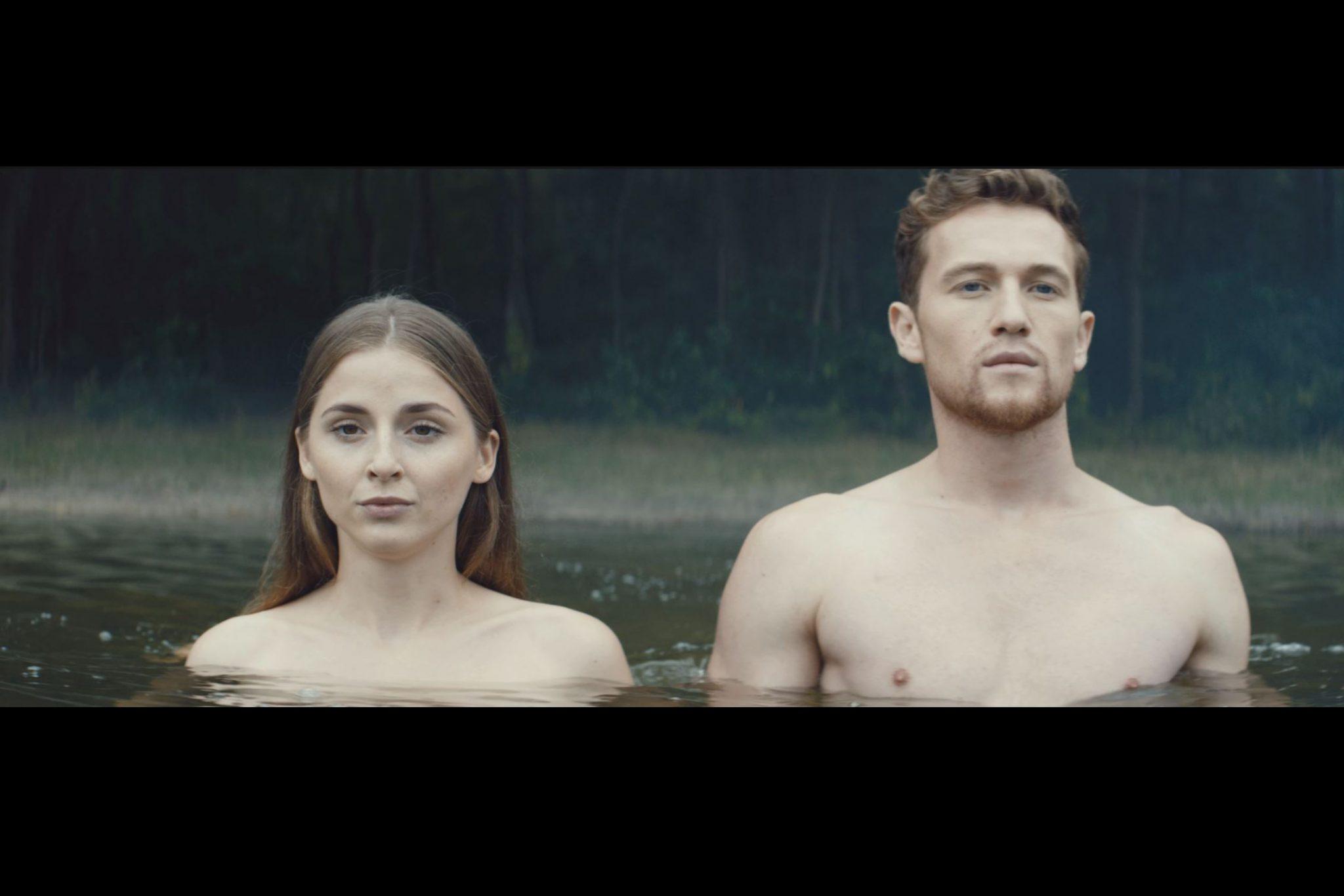 Mann und Frau gehen in einen See