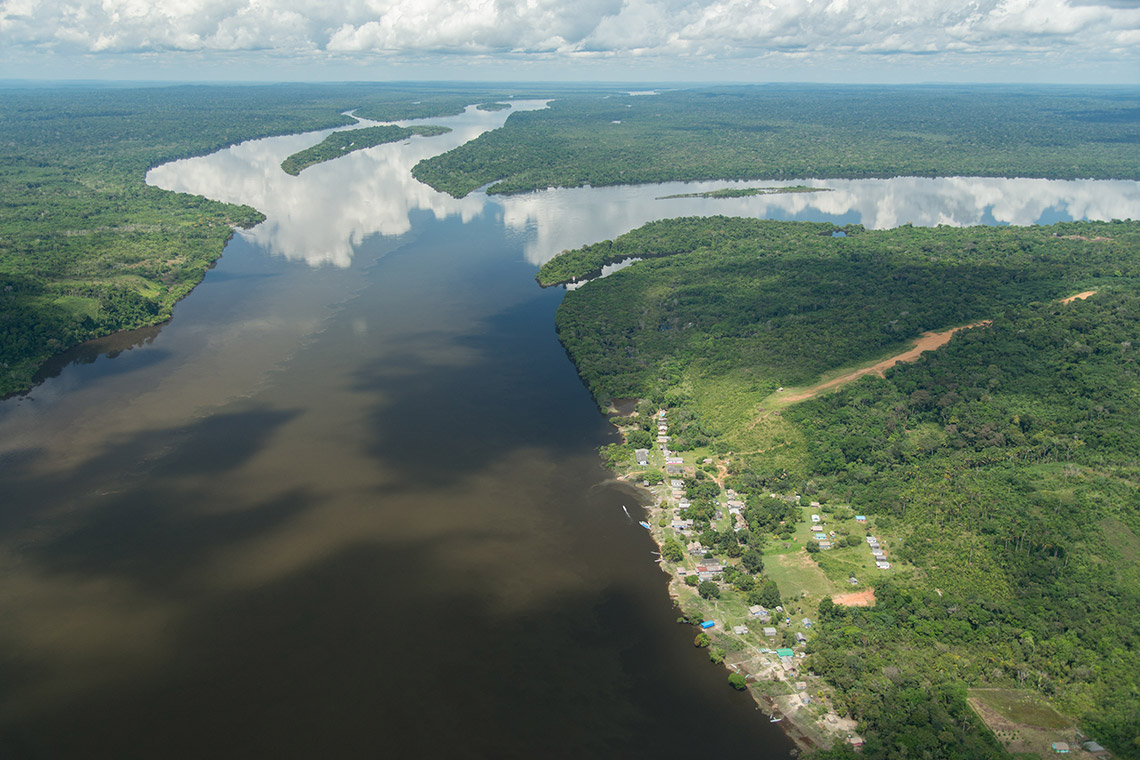 In Südamerika bedroht der Bau von 250 neuen Wasserkraftwerken den Regenwald und das gesamte Flusssystem des Amazonas. Das Amazonasgebiet ist eine der wichtigsten Ökoregionen der Erde. Es beherbergt den größten zusammenhängenden Regenwald der Welt und gleichzeitig das größte Flusssystem. Rund ein Zehntel aller auf dem Planeten vorkommenden Tier- und Pflanzenarten haben hier ihr Zuhause. In den vergangenen 14 Jahren wurde im Schnitt alle drei Tage eine neue Art entdeckt. Wasserkraft kann eine nachhaltige Technologie sein, doch die Kraftwerke müssen umweltverträglich gebaut werden.
