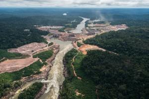 Bau eines Wasserkraftwerks am Fluss Teles Pires in Brasilien.