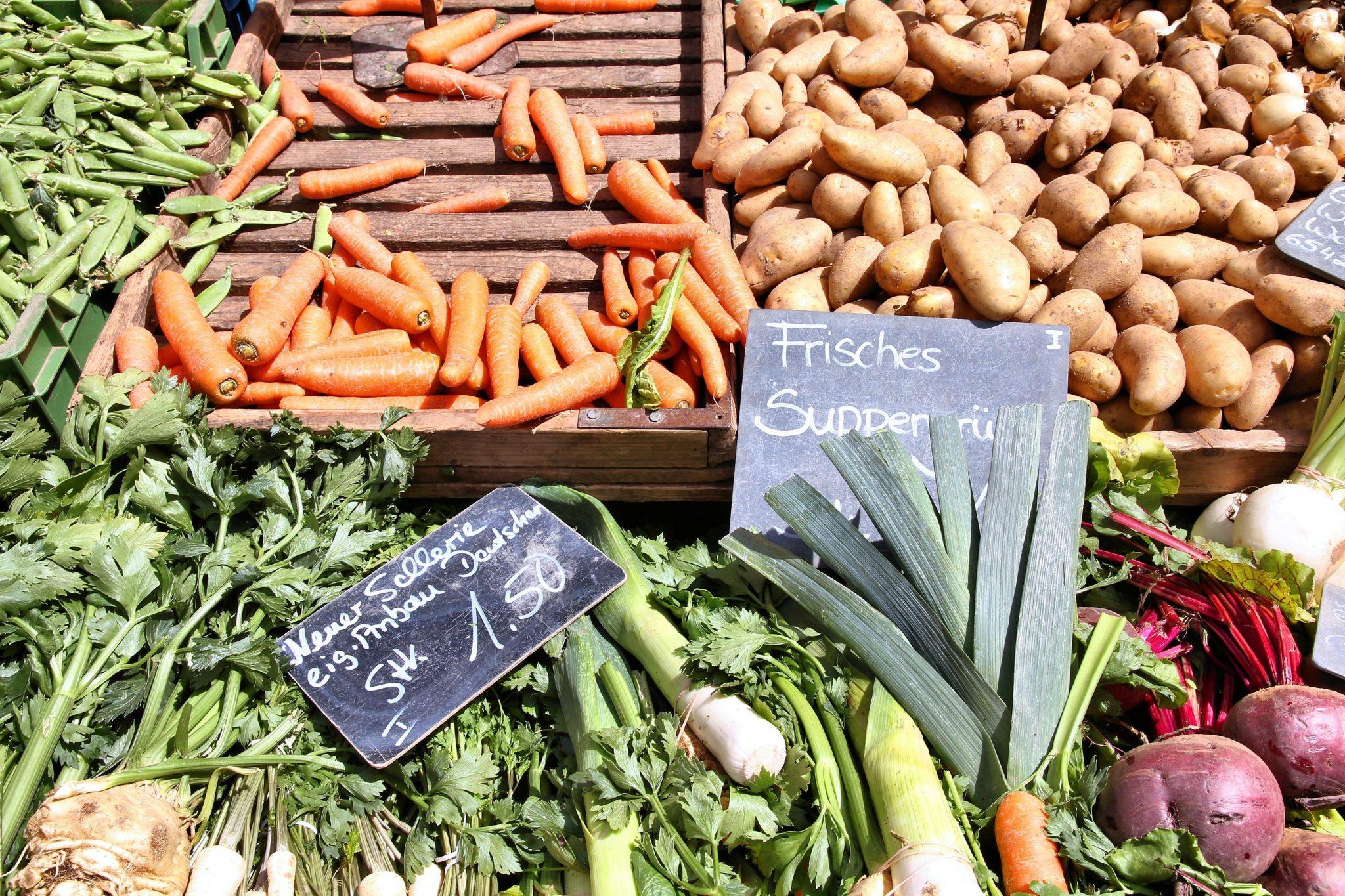 Gemüse auf dem Markt, Möhren, Kartoffeln, Sellerie und Suppengrün.