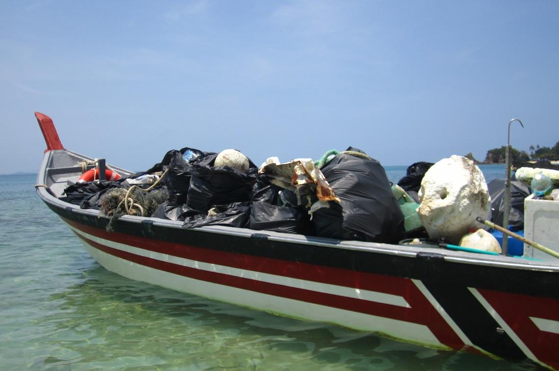 Müll aus dem Meer, angespült an die Strände Malaysias