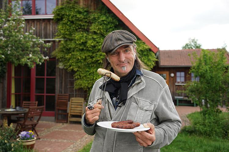 Ab auf den Grill mit den frischen Würsten. © Robert Günther / WWF