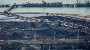 Beladung eines Schiffes mit Kohle im Hafen von Gladstone, Queensland.