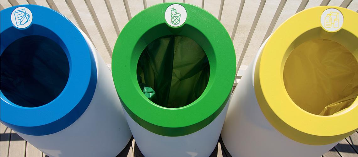 Farbig sortierte Mülleimer von oben: Die Vorteile der Mülltrennung aus einem ganz neuen Blickwinkel