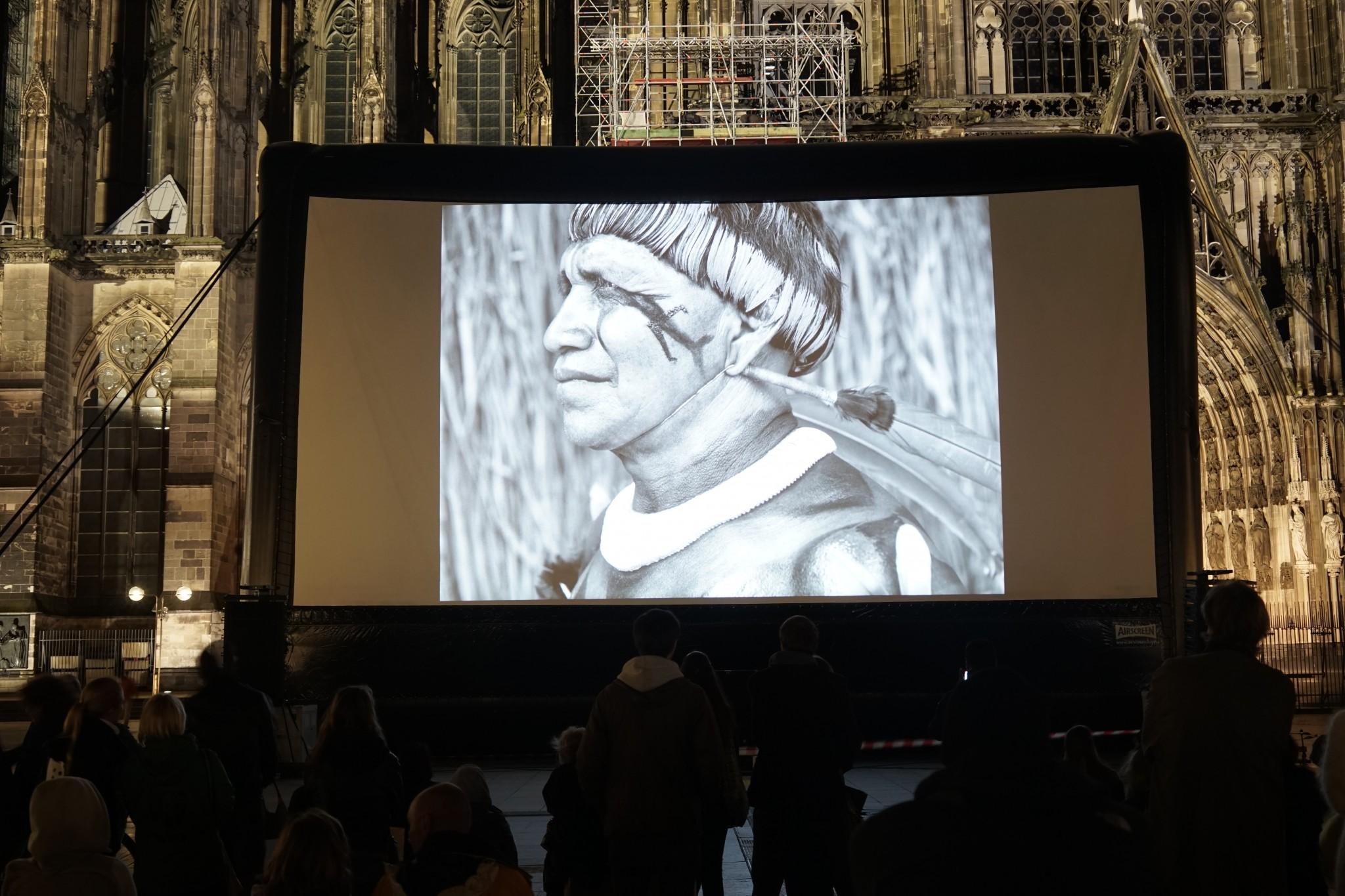 Werkschau von Sebastiao Salgado vor dem Kölner Dom © Robert Günther / WWF
