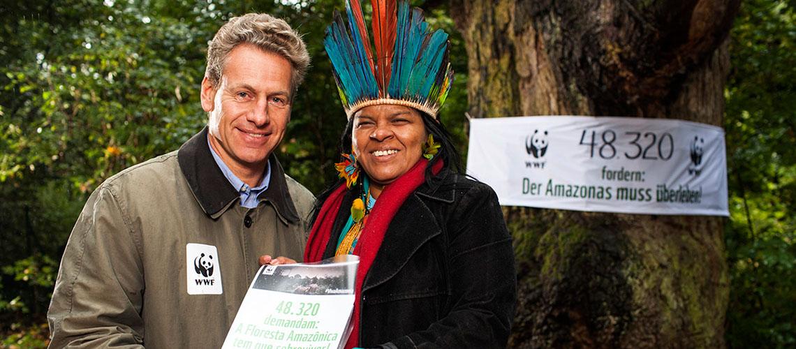 Heute konnten wir großartige 48.320 Unterschriften an Sônia Guajajara überreichen © David Biene