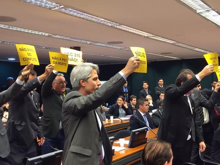 Abgeordnete im Ausschuss des Unterhauses protestieren gegen PEC 215 © Clarissa Presotti WWF Brasil