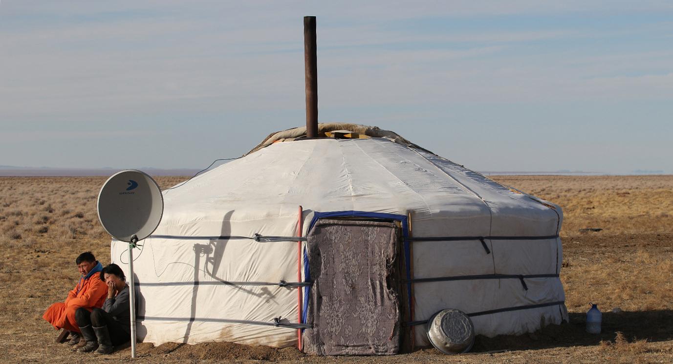 Einsames Nomadenzelt mitten in der Steppe: Ger der Saiga-Ranger.
