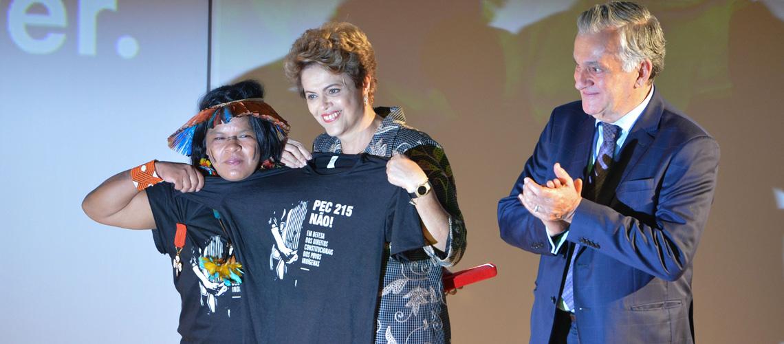 Brasiliens Präsidentin Dilma Rousseff hält PEC215Nao T-Shirt hoch.