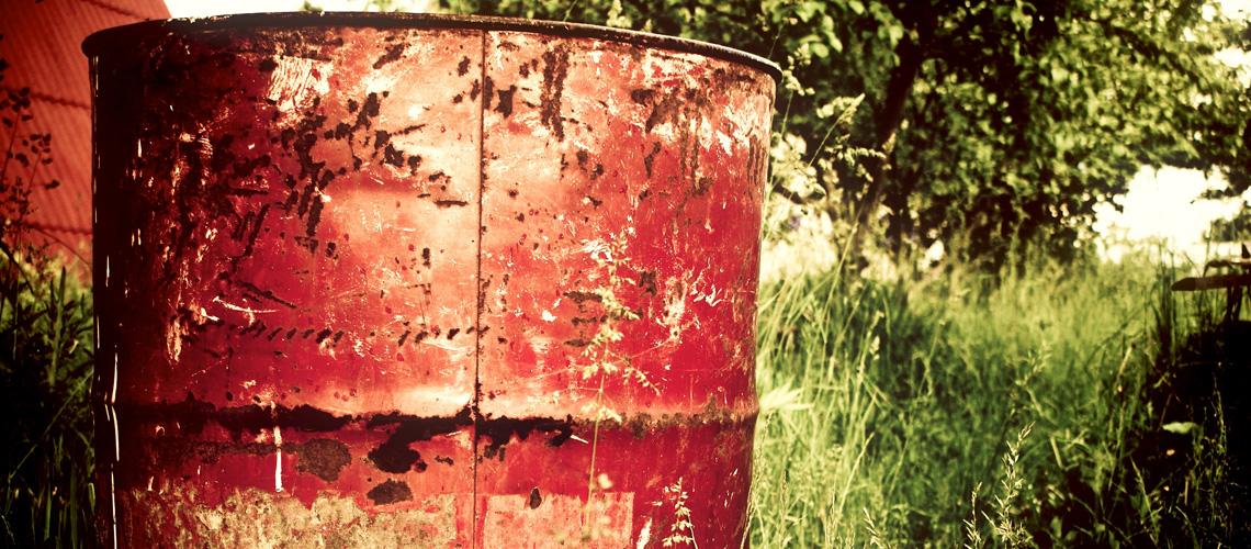 Altes, rotes Fass auf Wiese - Sondermüll: Wir haben mehr Fässer im Keller, als wir denken.