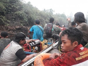 Indonesien, Boot voller Feuerbekämpfungsequipment.