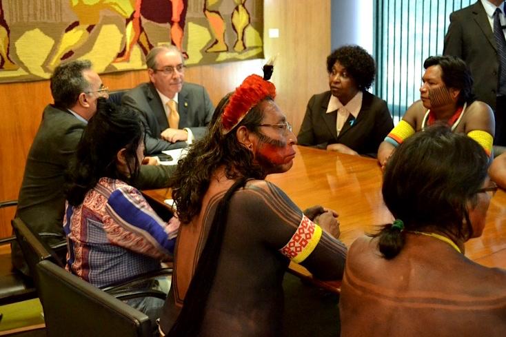 Kayapó Indigene im Gespräch mit dem Präsidenten des Unterhauses Cunha wegen PEC215.