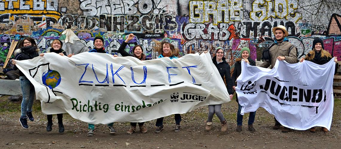 Mitglieder der WWF Jugend demonstrieren