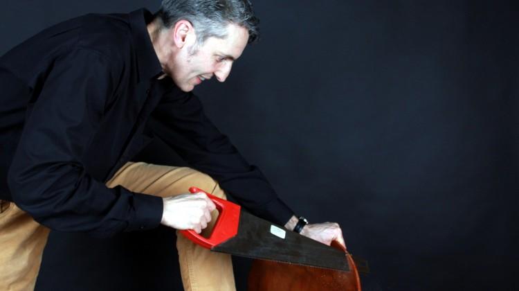 Der Stuhl muss dran glauben, um die Wahrheit über sein Holz zu erzählen © Robert Günther / WWF