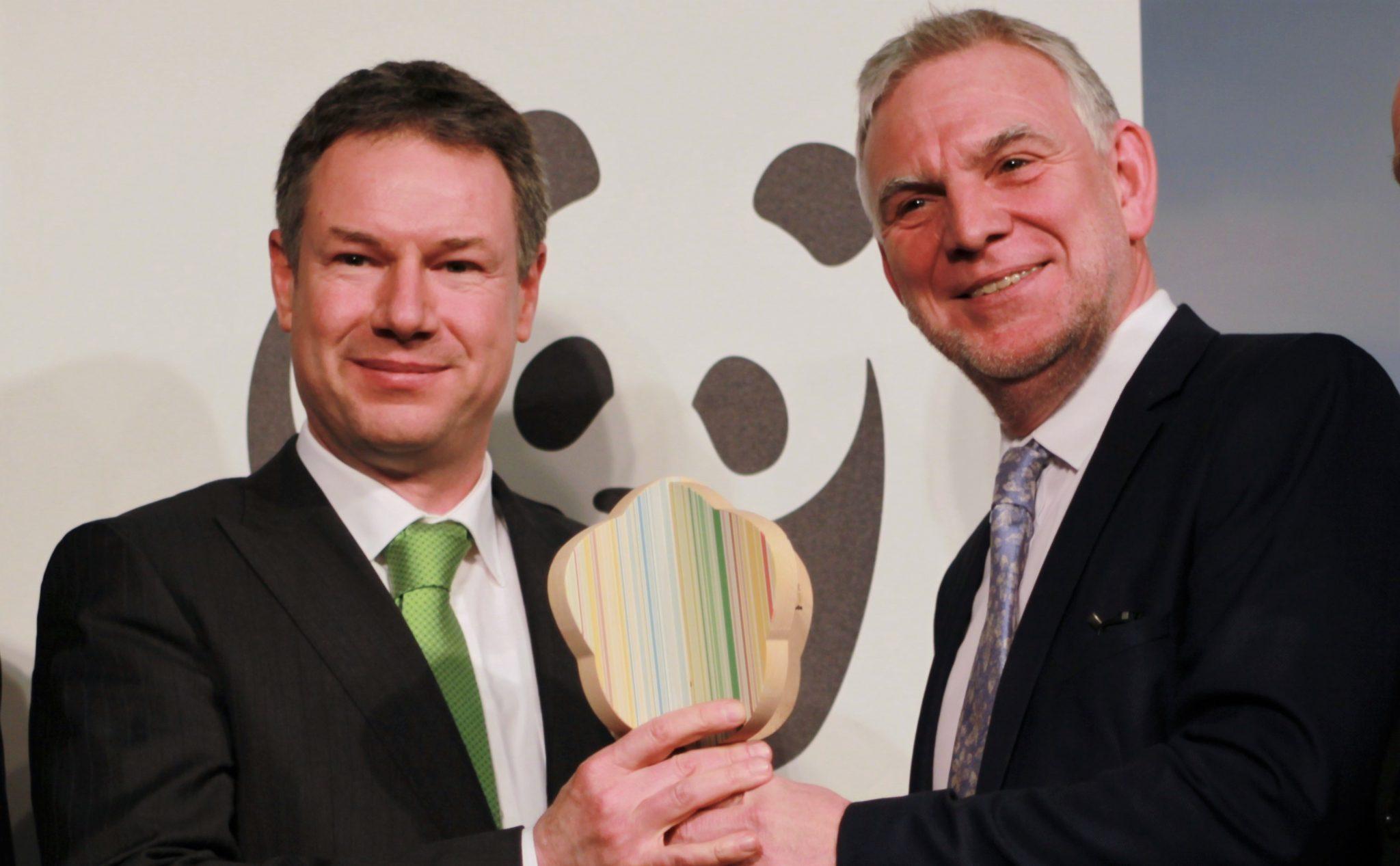 Christoph Heinrich vom WWF und Staatssekretär Jochen Flasbarth bei der Preisverleihung
