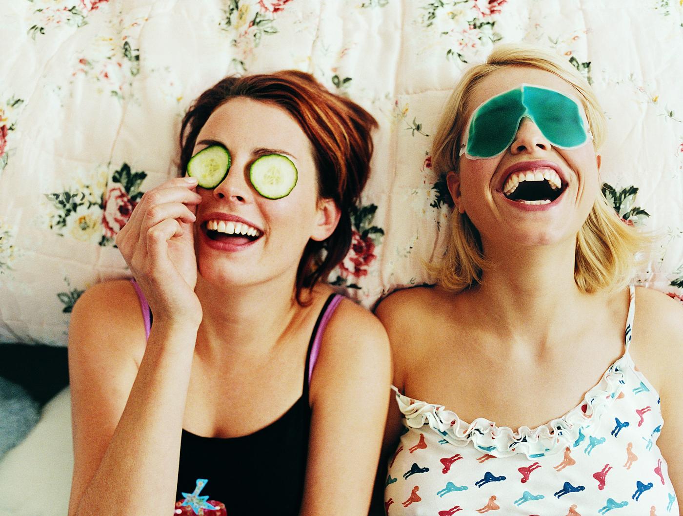 Mit der Freundin im Bett lachen und ein Gurke im Gesicht - ein guter Vorsatz für das Jahr 2016? ?