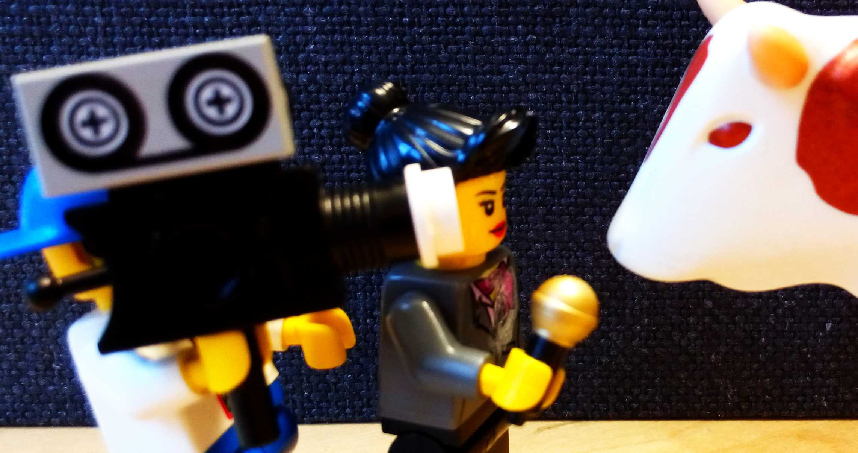 Plastikkuh wird von Playmobil-Journalisten interviewt. © Roland Gramling / WWF
