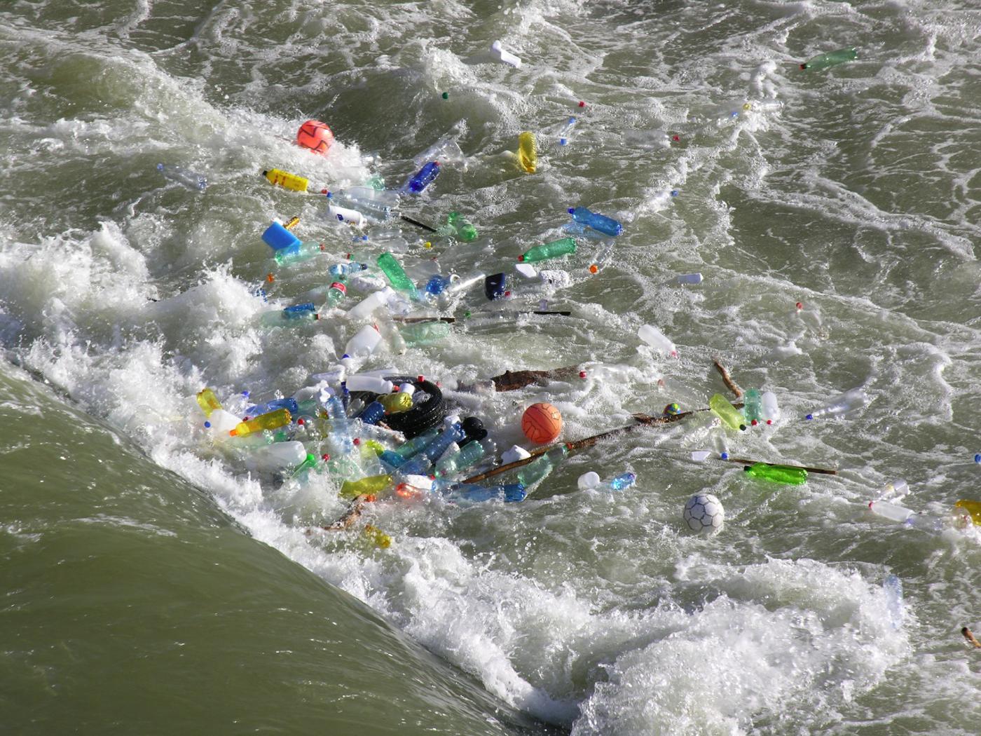 Plastikmüll im Fluss: Flaschen, Plastikteile, Verpackungen, Autoreifen