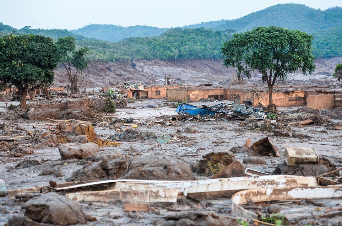 Schlammlawine überflutet ein Dorf in Brasilien und vergiftet den Fluss Rio Doce