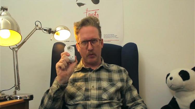 """Uke mit Funksteckdose: Screenshot aus """"Öko mit Uke"""" zum Thema Strom sparen."""