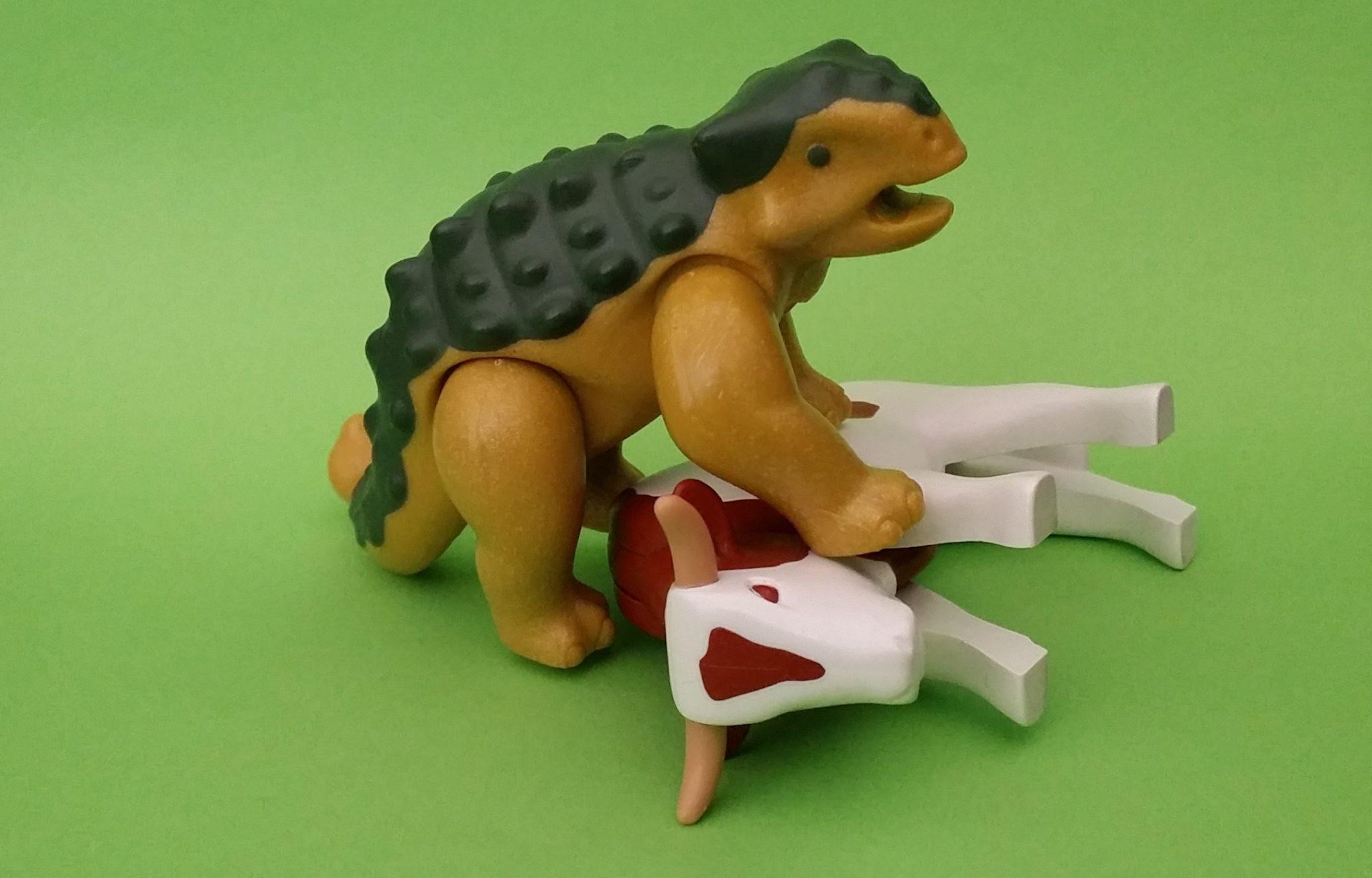 Plastikdinosaurier hat eine Plastikkuh besiegt. © Roland Gramling / WWF Deutschland