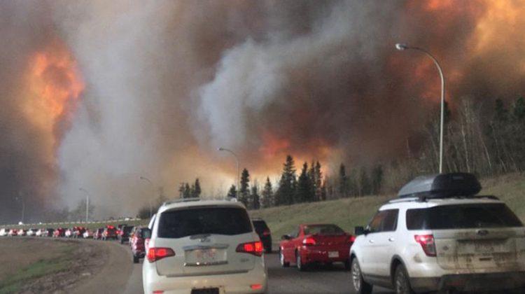 Autoschlange vor Feuerwalze: Waldbrände in Alberta, Kanada: Die Menschen fliehen aus Fort McMurray