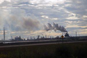 Fabriken und Qualm: Ölsand Produktion bei Fort McMurray