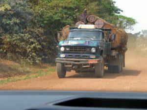 Ein Lastwagen mit Baumstämmen fährt über die Transamazonia durch den Regenwald von Brasilien