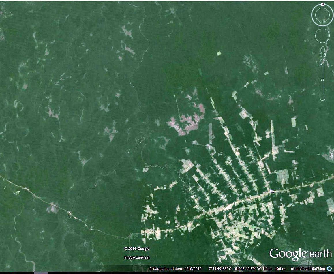 Tief geschlagene Entwaldungsschneißen entlang der transamazonica im amazonas