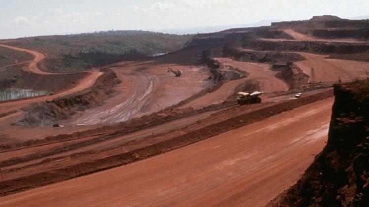 Wo einst Urwald war, sind jetzt riesige, rote Sandstraßen: Die Folgen des Bergbaus im Amazonas.