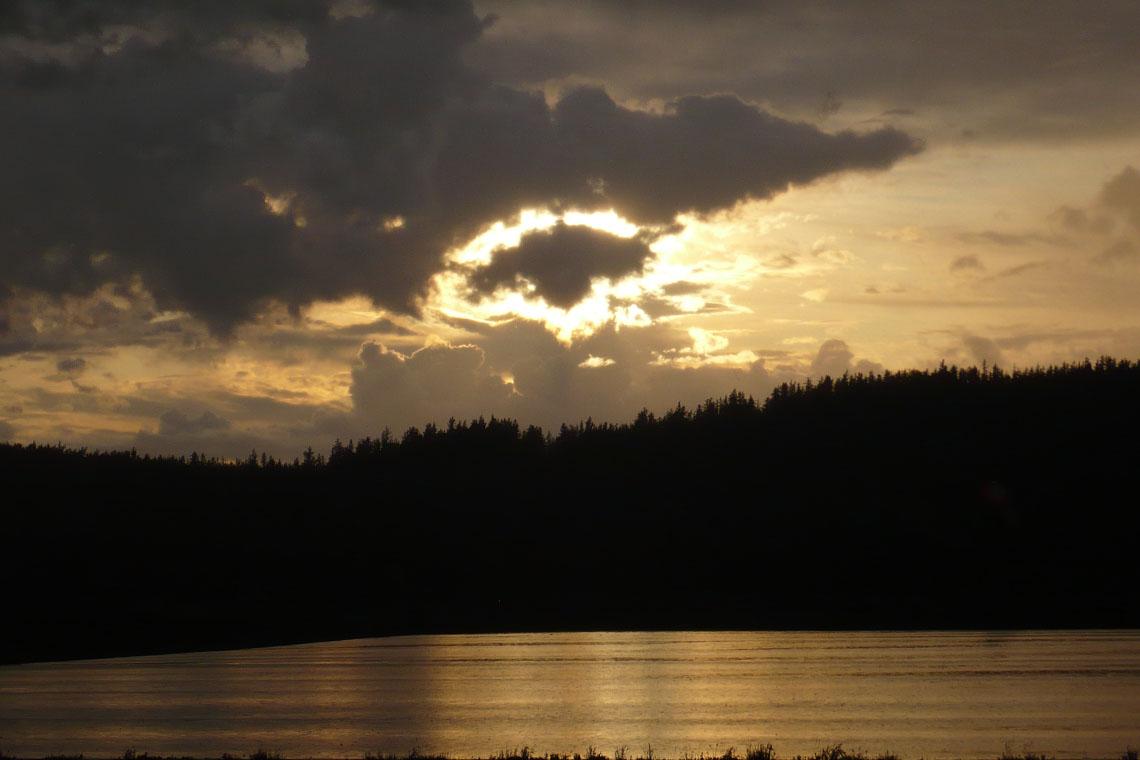 Schatten über Fort Chipewyan: Sonne durchbricht dunkle Wolkendecke über dem Lake Athabasca