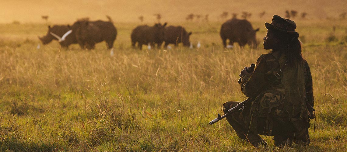 Nicht nur vor Wilderern, sondern auch vor den Tieren selbst, die es zu schützen gilt, muss Wildhüterin Doreen sich in acht nehmen. © Jonathan Caramanus / Green Renaissance