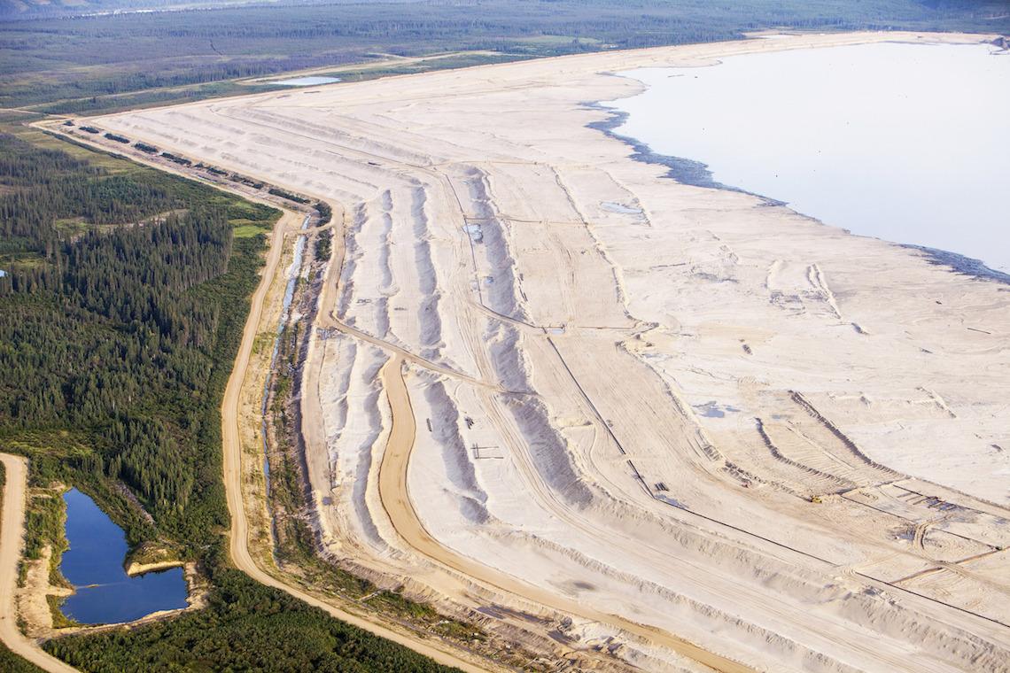 Tailing Ponds heißen die Seen aus giftigem Abwasser. Dieser hier gehört zur Syncrude Mine im Norden von Fort McMurray. © Global Warming Images / WWF