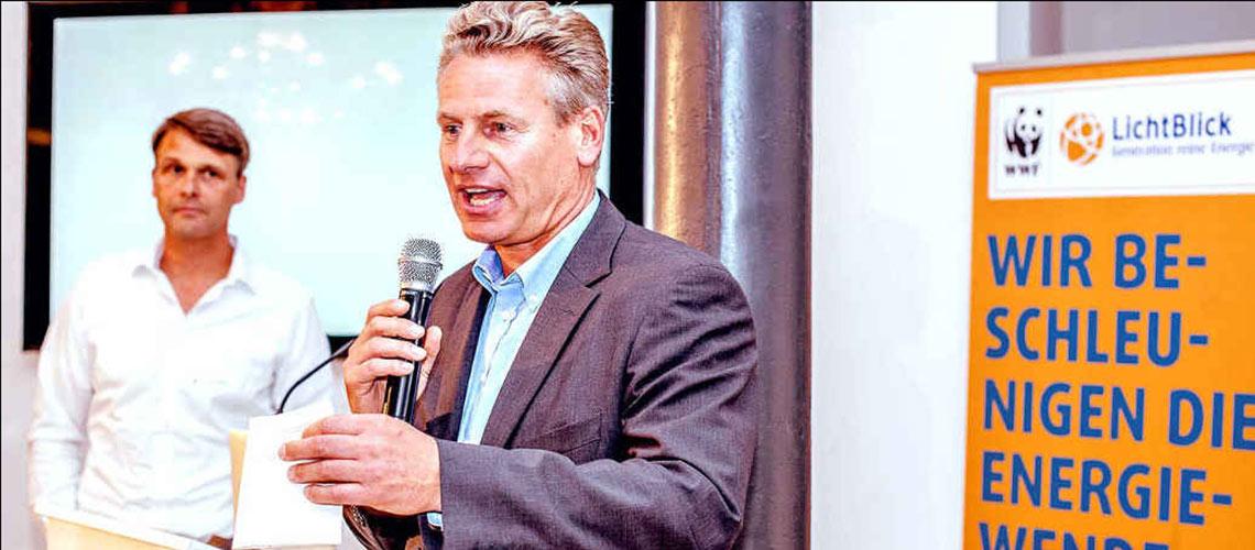 WWF-Chef Brandes spricht in den neuen LichtBlick-Büroräumen im Afrikahaus in Hamburg, links LichtBlick Geschäftsführer Heiko von Tschischwitz