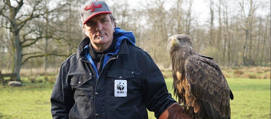 Andreas Hoppe hält einen Seeadler auf dem Arm © Robert Günther / WWF Deutschland