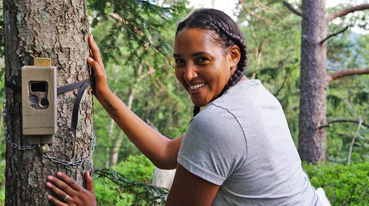 Den gefährdeten Luchsen eine Stimme geben: Cassandra Steen im Bayerischen Wald. © Robert Günther / WWF