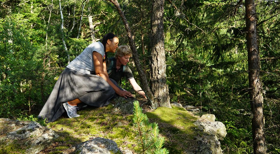 Toller Liegeplatz auf einem Felsvorsprung im Bayerischen Wald. Sängerin Cassandra Steen probiert es aus: Hier hat Luchsin Vroni einen guten Überblick.
