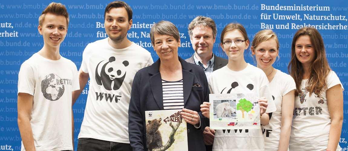Neben euren #NatureAlert haben wir auch ein Buch von unserer WWF Jugend und unserem Kinderprogramm übergeben. © David Biene / WWF