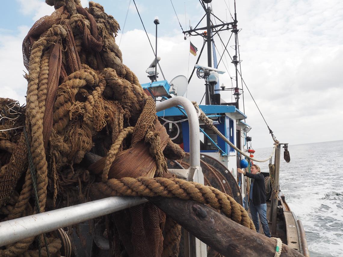 Geisternetze Bergung in der Ostsee vor Rügen: Riesiges Fischernetz auf Schiff.