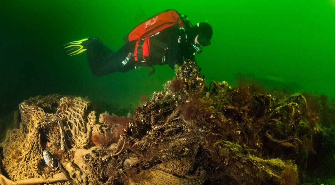 Geisternetze Bergung in der Ostsee vor Rügen: Taucher am Fischernetz