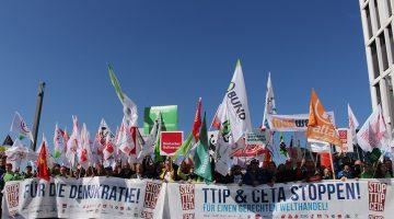 Demonstration gegen TTIP und Ceta 2015 in Berlin. Über eine Viertelmillion Menschen demonstrierten gegen die umstrittene Freihandelsabkommen zwischen EU und Kanada und der USA
