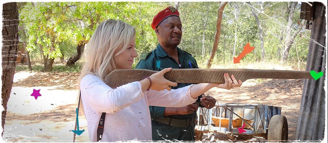 youtuber am holz gewehr: Kelly auf ihrer Selous Reise mit Gewehr in einem Dorf in Tansania