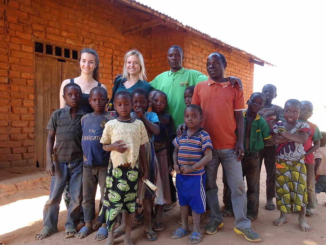 Auf Selous reise: youtuber kelly und Jodie im Dorf inn Tansania mit kindern