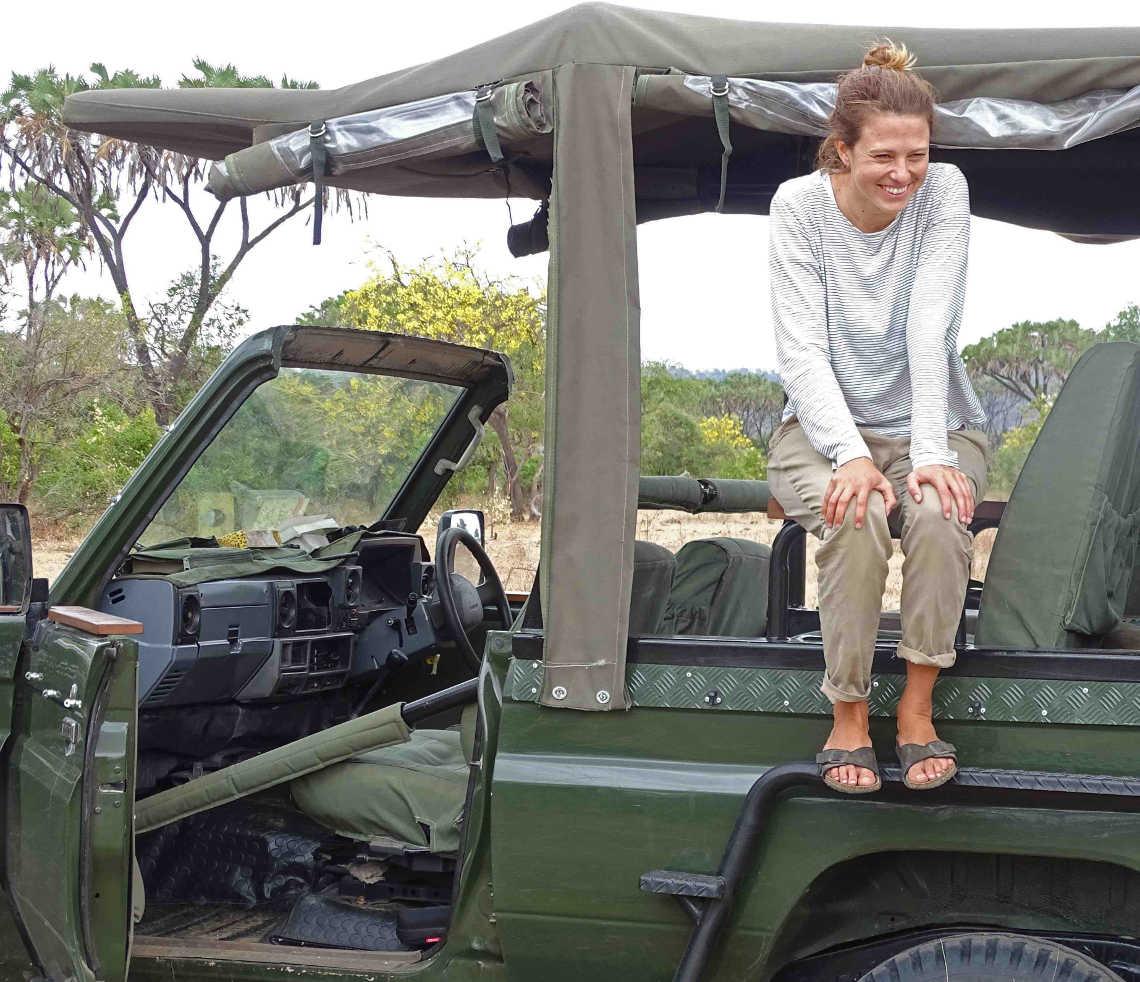 Melanie Gömmel im jeep in tansania