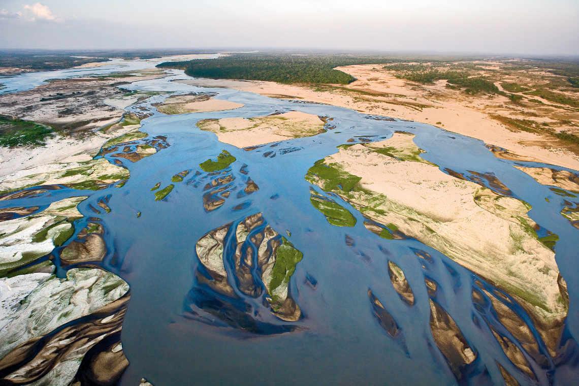 Flussbett Luftaufnahme aus dem Selous Tanzania