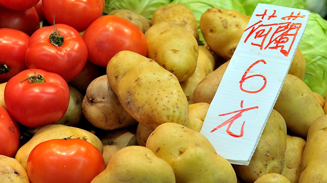 Kartoffel auf dem markt in China. Chinsen sollen mehr Kartoffeln essen, fordert die Partei