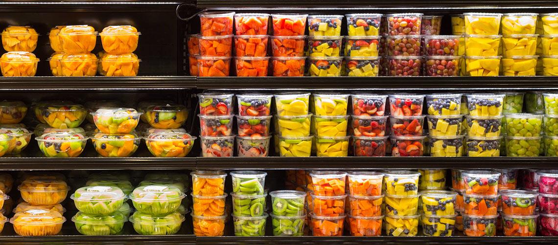 Alles frisch, alles in Plastik verpackt. So sieht die Realität in vielen Supermärkten aus. © iStock / Getty Images
