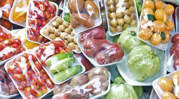 Nicht selten sind Lebensmittel in Plastik verpackt. © iStock / Getty Images